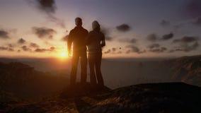 Ζεύγος πάνω από το βουνό, timelapse ηλιοβασίλεμα απόθεμα βίντεο