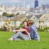 Ζεύγος που έχει μια ημερομηνία στο Σαν Φρανσίσκο, Καλιφόρνια, ΗΠΑ στοκ εικόνα