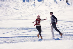 Ζεύγος που έχει την αποφορτιμένος κλίση διασκέδασης Στοκ εικόνα με δικαίωμα ελεύθερης χρήσης