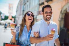 Ζεύγος που έχει την ημερομηνία και που τρώει το παγωτό μετά από να ψωνίσει στοκ εικόνες με δικαίωμα ελεύθερης χρήσης