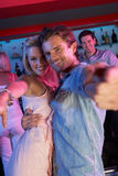 Ζεύγος που έχει τη διασκέδαση στην απασχολημένη ράβδο Στοκ Φωτογραφία