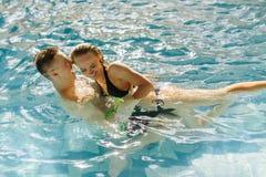 Ζεύγος που έχει τη διασκέδαση στην πισίνα Διακοπές ονείρου στην τροπική χώρα, τις Καραϊβικές Θάλασσες ή τη Χαβάη Στοκ Φωτογραφία