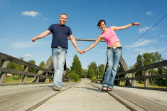 Ζεύγος που έχει τη διασκέδαση στη γέφυρα Στοκ φωτογραφίες με δικαίωμα ελεύθερης χρήσης