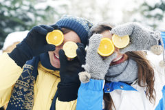 Ζεύγος που έχει τη διασκέδαση με τα λεμόνια Στοκ Εικόνες