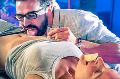 Ζεύγος που έχει τη διασκέδαση στη λέσχη νύχτας disco με το κόμμα tequila σωμάτων Στοκ εικόνες με δικαίωμα ελεύθερης χρήσης