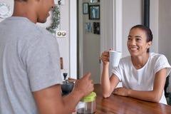 Ζεύγος που έχει τον καφέ προγευμάτων στοκ φωτογραφίες με δικαίωμα ελεύθερης χρήσης