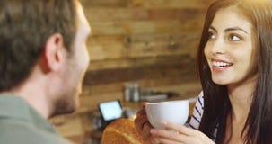 Ζεύγος που έχει τον καφέ στον καφέ 4k φιλμ μικρού μήκους