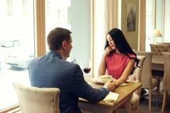 Ζεύγος που έχει τον καλό χρόνο στο εστιατόριο Στοκ Εικόνες