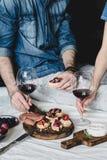 Ζεύγος που έχει το γεύμα με το κρασί Στοκ εικόνες με δικαίωμα ελεύθερης χρήσης