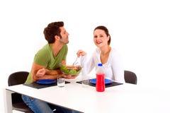 ζεύγος που έχει το μεσημεριανό γεύμα Στοκ φωτογραφίες με δικαίωμα ελεύθερης χρήσης