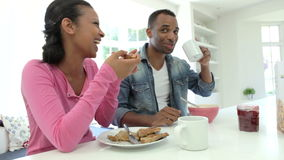 Ζεύγος που έχει το πρόγευμα στην κουζίνα από κοινού απόθεμα βίντεο