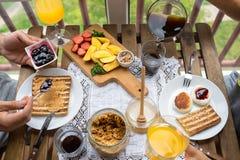 Ζεύγος που έχει το πρόγευμα στο μπαλκόνι Πρόγευμα με τη φρυγανιά, τη μαρμελάδα και τον καφέ Στοκ εικόνα με δικαίωμα ελεύθερης χρήσης