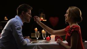 Ζεύγος που έχει το ρομαντικό γεύμα στο υψηλής ποιότητας εστιατόριο, που εξισώνει για δύο, ημερομηνία φιλμ μικρού μήκους