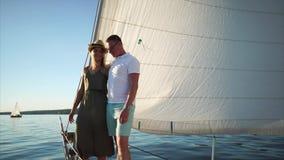 Ζεύγος που έχει το ρομαντικό ταξίδι στο γιοτ απόθεμα βίντεο
