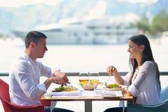 Ζεύγος που έχει lanch στο όμορφο εστιατόριο Στοκ εικόνα με δικαίωμα ελεύθερης χρήσης