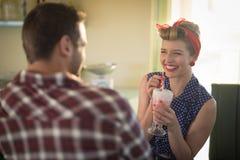 Ζεύγος που έχει milkshake στο εστιατόριο στοκ εικόνες με δικαίωμα ελεύθερης χρήσης