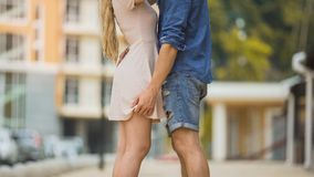 Ζεύγος που αγκαλιάζει παθιασμένα στην οδό πόλεων, τρυφερή σχέση, ασφαλές φύλο στοκ εικόνες