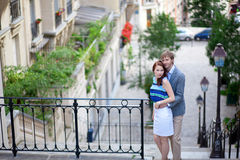 ζεύγος που αγκαλιάζει τα σκαλοπάτια Στοκ εικόνες με δικαίωμα ελεύθερης χρήσης