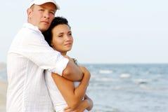 ζεύγος που αγκαλιάζει τη θάλασσα Στοκ φωτογραφία με δικαίωμα ελεύθερης χρήσης