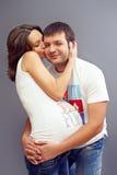 ζεύγος που αγκαλιάζει τις έγκυες νεολαίες αγάπης στοκ φωτογραφία με δικαίωμα ελεύθερης χρήσης