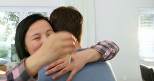 Ζεύγος που αγκαλιάζει το ένα το άλλο στο καινούργιο σπίτι τους 4k φιλμ μικρού μήκους