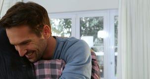 Ζεύγος που αγκαλιάζει το ένα το άλλο στο καινούργιο σπίτι τους 4k απόθεμα βίντεο