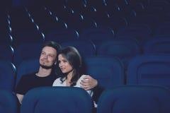 Ζεύγος που αγκαλιάζει και που κάθεται μόνο στον κινηματογράφο halll Στοκ φωτογραφία με δικαίωμα ελεύθερης χρήσης