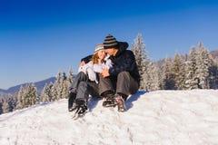 Ζεύγος που αγκαλιάζει στην κλίση σκι Στοκ εικόνες με δικαίωμα ελεύθερης χρήσης