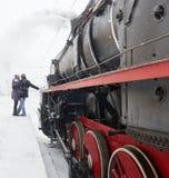 Ζεύγος που αγκαλιάζει στην πλατφόρμα κοντά στην ατμομηχανή ατμού Στοκ Εικόνες