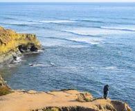 Ζεύγος που αγκαλιάζει στους απότομους βράχους στο πάρκο απότομων βράχων ηλιοβασιλέματος στο Σαν Ντιέγκο, Καλιφόρνια Στοκ φωτογραφία με δικαίωμα ελεύθερης χρήσης