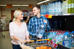 Ζεύγος που αγοράζει το μεταλλικό νερό Στοκ φωτογραφία με δικαίωμα ελεύθερης χρήσης