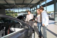 Ζεύγος που αγοράζει το νέο αυτοκίνητο Στοκ φωτογραφίες με δικαίωμα ελεύθερης χρήσης