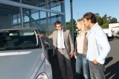 Ζεύγος που αγοράζει το νέο αυτοκίνητο Στοκ εικόνες με δικαίωμα ελεύθερης χρήσης