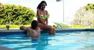 Ζεύγος που αλληλεπιδρά το ένα με το άλλο στο poolside απόθεμα βίντεο