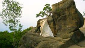 Ζεύγος που αναρριχείται στο βράχο και που θαυμάζει την ανατολή, το ηλιοβασίλεμα κίνηση αργή φιλμ μικρού μήκους