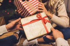 Ζεύγος που ανταλλάσσει τα δώρα Χριστουγέννων Στοκ φωτογραφίες με δικαίωμα ελεύθερης χρήσης