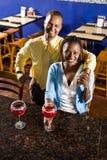 Ζεύγος που απολαμβάνει τα ποτά σε ένα εστιατόριο Στοκ Φωτογραφίες