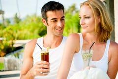 Ζεύγος που απολαμβάνει τα ποτά στοκ φωτογραφίες