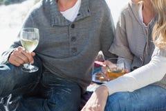 Ζεύγος που απολαμβάνει το άσπρο κρασί στο πικ-νίκ στην παραλία στοκ φωτογραφίες με δικαίωμα ελεύθερης χρήσης