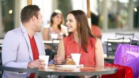 Ζεύγος που απολαμβάνει το πρόχειρο φαγητό σε Cafï ¿ ½ φιλμ μικρού μήκους