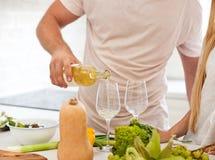 Ζεύγος που αρχίζει να πίνει ένα άσπρο κρασί στο σπίτι Στοκ φωτογραφία με δικαίωμα ελεύθερης χρήσης
