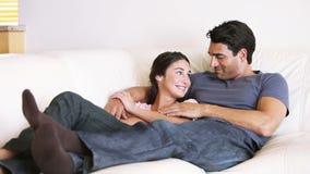 Ζεύγος που βρίσκεται στον καναπέ απόθεμα βίντεο