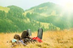 Ζεύγος που βρίσκεται στους λόφους στοκ φωτογραφίες με δικαίωμα ελεύθερης χρήσης