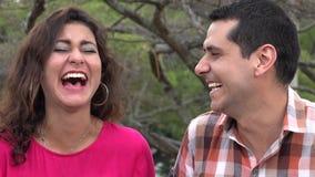 Ζεύγος που γελά στο αστείο από κοινού φιλμ μικρού μήκους