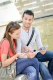 Ζεύγος που διαβάζει έναν χάρτη στοκ εικόνα με δικαίωμα ελεύθερης χρήσης