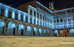 Ζεύγος που εισάγει σε οδηγημένο φωτισμένο PLaza Alta, Badajoz, Ισπανία Στοκ Φωτογραφίες