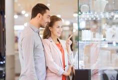 Ζεύγος που εξετάζει στο παράθυρο αγορών το κατάστημα κοσμήματος στοκ φωτογραφία