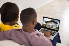 Ζεύγος που εξετάζει το σπίτι στοκ φωτογραφία με δικαίωμα ελεύθερης χρήσης