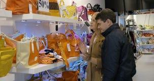 Ζεύγος που επιλέγει μια τσάντα στο κατάστημα φιλμ μικρού μήκους