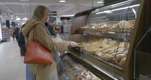 Ζεύγος που επιλέγει το αρτοποιείο στην υπεραγορά φιλμ μικρού μήκους